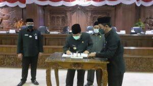 Laporan pertanggungjawaban penggunaan APBD Kabupaten Rembang 2020 disahkan menjadi Perda, seusai rapat paripurna di Gedung DPRD, Kamis (24/06/2021). Tampak Bupati Rembang, Abdul Hafidz membubuhkan tanda tangan.