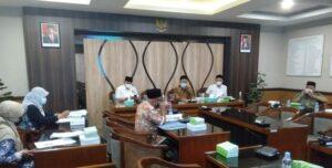 Pimpinan DPRD Rembang, mendengarkan penjelasan dari Kepala Dinas Indagkop & UMKM, Akhsanudin, terkait pinjaman tanpa bunga.