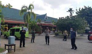 Kapolres Rembang, AKBP Kurniawan Tandi Rongre (tengah) mengecek Hotel Puri Indah sebagai tempat isolasi mandiri terpusat OTG.