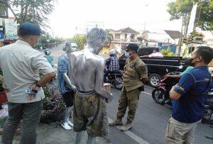 Petugas Satpol PP Kabupaten Rembang, menertibkan manusia silver (perak) di lampu traffic light Eks Stasiun Jl. Kartini, Rembang.