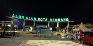 Alun-Alun Rembang, tampak pedagang mulai membereskan tenda jualannya, karena sudah mendekati pukul 20.00 Wib.