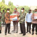 Penyaluran bantuan secara simbolis untuk warga terdampak PPKM, berlangsung di Kantor Bupati, Kamis (22/07).