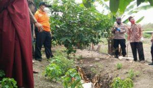 Polisi mengecek lokasi pembuangan sampah, tempat korban ditemukan, Rabu (14/07).