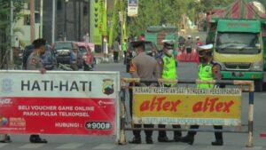 Jalan masuk menuju Kota Rembang, di Perempatan Galonan Jl. Pemuda Rembang ditutup. Tampak aparat kepolisian berjaga-jaga, Kamis sore (15/07).