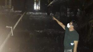 Kanit Reskrim Polsek Sarang, Aiptu Zaenal Abidin S.Sos berada di TKP kebakaran kapal.