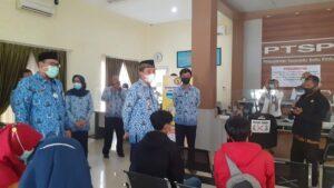 Bupati dan Wakil Bupati Rembang memantau proses pelayanan kartu kuning di Kantor DPMPTSP Naker.