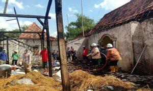 Kebakaran rumah warga di Desa Jadi, Kecamatan Sumber, Senin (19/07).