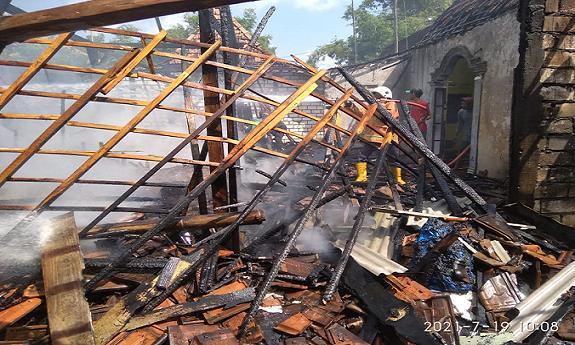 Kebakaran Rumah Di Tengah Permukiman Padat, Warga Sigap
