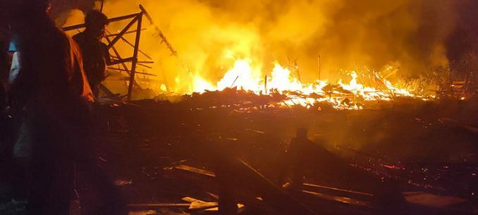 Kebakaran Pelemsari, Ternyata Ini Pemicunya. 2 Pemilik Rumah Dibantu