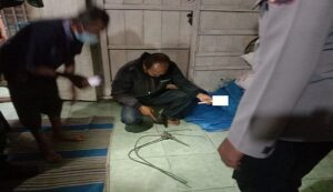 Anggota Polsek Sumber mengecek tali yang dipakai untuk gantung diri korban.