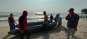 Suasana pencarian korban hilang di pantai utara perbatasan Jawa Tengah dan Jawa Timur, Rabu (21/07).