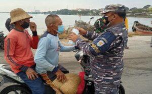Aktivitas aparat dan petugas gabungan di TPI Tasikagung, Rembang supaya masyarakat mematuhi protokol kesehatan.