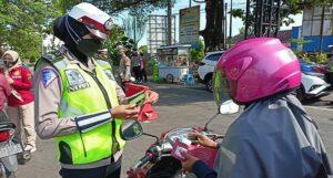 Aparat Polres Rembang menggelar penyekatan kendaraan, pada saat PPKM Darurat.