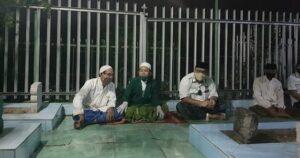 Pengurus DPC PKB menggelar tahlil dan do'a bersama di makam KH Cholil Bisri. (Foto atas) Sapi hewan qurban siap disembelih.
