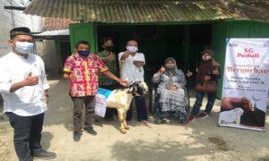 Para penyandang disabilitas mendapatkan hewan qurban dari PT Semen Gresik. (Foto atas) Penyaluran sapi kepada Takmir Masjid Agung Rembang.