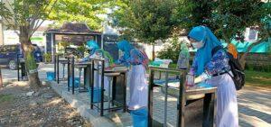Siswa SMP N I Pamotan mencuci tangan dulu sebelum masuk kelas, saat uji coba pembelajaran tatap muka, beberapa waktu lalu.