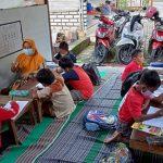 Anak-anak mengikuti bimbingan belajar di ALC Desa Pohlandak, Kecamatan Pancur.