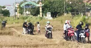 Iring-iringan pengendara motor melintasi jalan pintas, untuk bisa masuk menuju Jl. Pemuda Rembang. Tampak beberapa pengendara motor terjatuh, Senin (02/08).