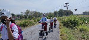 Anak-anak SD di Rembang bersepeda, usai pulang sekolah, Senin (23/08).