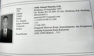 Biodata Aulia Ahmad Mustofa. Ia datang ke drive thru wisuda dengan naik becak, Kamis (19/08).