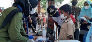Bupati Rembang, Abdul Hafidz berbincang dengan salah satu anak penerima bantuan, hari Jum'at (10/09).