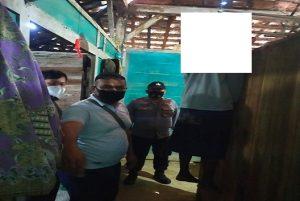 Polisi menggelar olah TKP kasus bunuh diri di Desa Pondokrejo, Kecamatan Bulu, Jum'at (17/09).