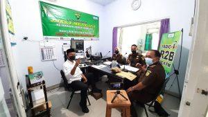 """Suasana talk show """"Jaksa Menyapa"""" di Radio R2B, Selasa (21/09). (Foto atas) Seorang pegawai Kejaksaan Negeri Rembang menunjukkan contoh unduhan untuk mengambil kelebihan uang denda tilang."""