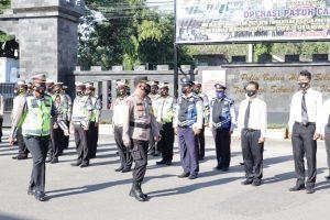 Kapolres Rembang, AKBP Dandy Ario Yustiawan memeriksa pasukan dalam giat apel gelar pasukan Operasi Patuh Candi, Senin (20/09).