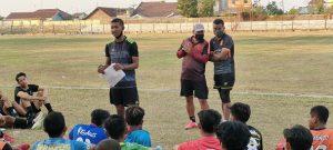 3 Asisten pelatih PSIR Rembang, mengawal jalannya seleksi pemain di Stadion Krida Rembang.