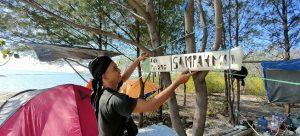 Sutejo memasang tulisan yang isinya mengingatkan pengunjung Pulau Gede untuk membawa pulang sampah. (Foto atas) Sutejo mengumpulkan sampah di Pulau Gede, yang ia buat manusia sampah.