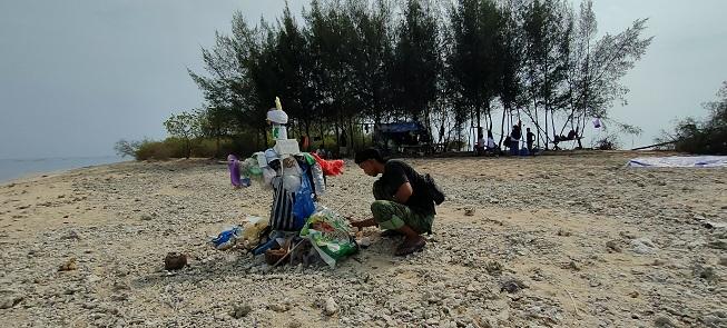 Manusia Sampah Akhirnya Dibakar, Kampanye Unik Ala Sutejo