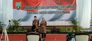 Sekretaris Daerah (Sekda) Rembang yang baru, Fahrudin menyampaikan sambutan, didampingi isteri. Tampak di depannya, Bupati Rembang, Abdul Hafidz.