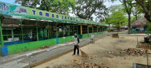 Sukardi, penjaga satwa di obyek wisata Taman Kartini Rembang.