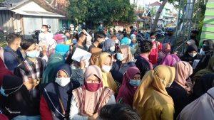 Antrian warga akan vaksin di salah satu lokasi di Kecamatan Kaliori. (Foto atas) Denyut nadi aktivitas masyarakat di sekitar Bundaran Pasar Rembang.