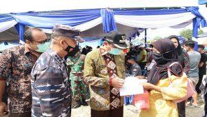 Bupati dan Wakil Bupati Rembang, didampingi Danlanal Semarang berdialog dengan warga yang akan divaksin, Selasa (21/09).