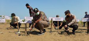 """Kapolres dan Wakil Bupati Rembang menanam bakau sebagai bagian dari program """"Mageri Segoro"""" di pinggir pantai Desa Pasar Banggi, Rembang, Selasa (12/10)."""