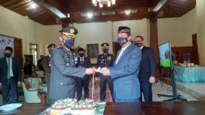 Bupati Rembang, Abdul Hafidz menyerahkan potongan kue HUT TNI ke-76 kepada Komandan Kodim Rembang, Letkol Donan Wahyu Sejati, Selasa (05/10).