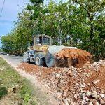 Jalan yang diblokir di Desa Tahunan, Kecamatan Sale dibersihkan dengan menggunakan alat berat, Sabtu lalu. Polisi mengamankan seorang warga yang diduga sebagai provokator.