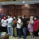 Ketua Umum KONI Kabupaten Rembang, Vivit Dina Rini Atnasari (tengah, jilbab merah) foto bareng dengan anggota DPRD, usai audiensi, Selasa (12/10).