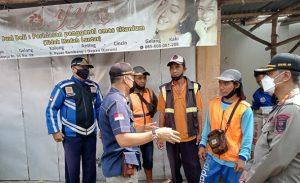 Petugas gabungan berdialog dengan sejumlah tukang parkir di sekitar Pasar Rembang, Senin (04/10).