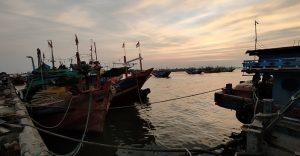 Kapal nelayan disandarkan di Pelabuhan Tasikagung Rembang.
