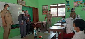 Wakil Bupati Rembang, Mochamad Hanies Cholil Barro' memantau pembelajaran tatap muka, hari Senin (11/10).