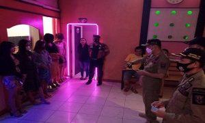 Petugas Satpol PP memberikan pengarahan kepada wanita pemandu karaoke. (Foto atas) Pengarahan kepada pasangan tidak sah.