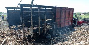 Truk terbakar di lahan tebu Desa Karangasem, Kecamatan Sedan, Selasa (12/10).