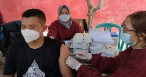 Seorang warga di Rembang mengikuti vaksinasi, Senin (04/10).